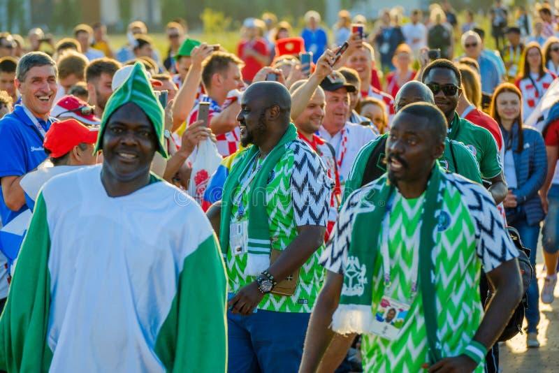 Equipos de ayuda de los fanáticos del fútbol en las calles de la ciudad en el día del partido entre Croacia y Nigeria imagen de archivo