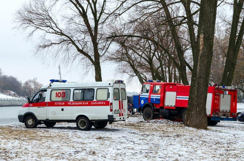 Equipos de la ambulancia y el ministerio de las emergencias en el lugar del coche foto de archivo libre de regalías