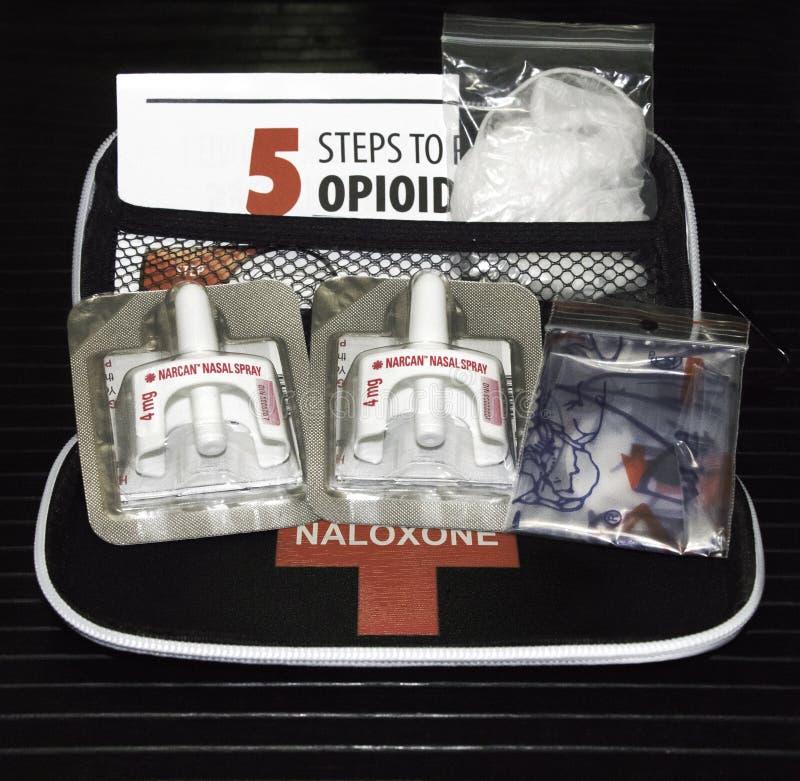Equipos de Naloxone que son distribuidos por los profesionales de la atención sanitaria foto de archivo libre de regalías