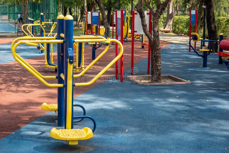 Equipos del ejercicio en un parque público imagenes de archivo