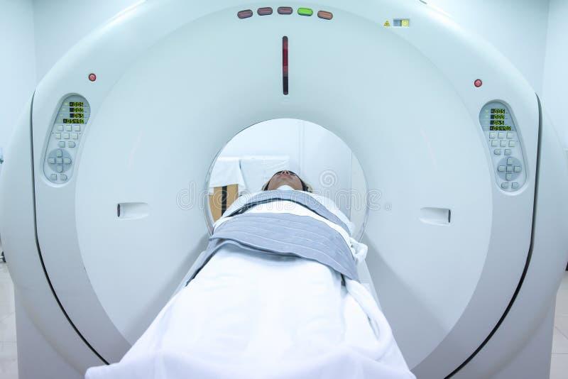 Equipos médicos del escáner de MRI en hospital Pacientes que defienden en el escáner del CT fotos de archivo