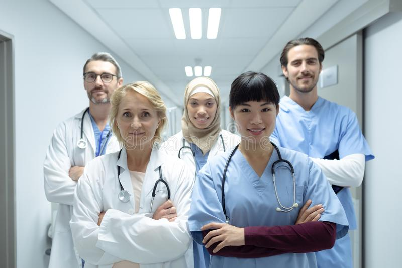 Equipos médicos que se colocan con los brazos cruzados en el pasillo en el hospital foto de archivo libre de regalías