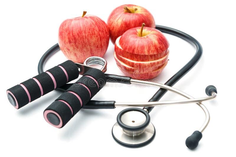 Equipos rojos y estetoscopio, salud de la manzana y de deporte del plan de la dieta fotografía de archivo libre de regalías
