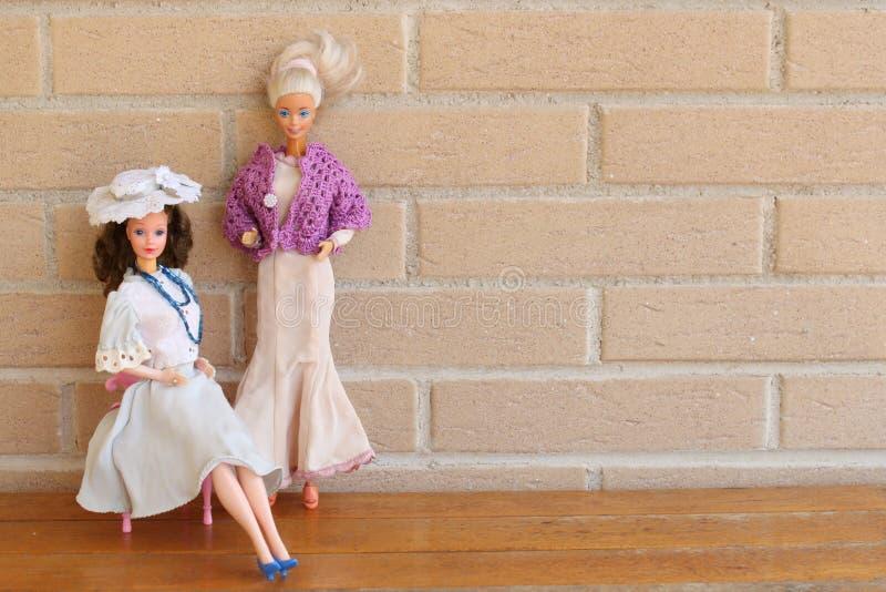 Equipos viejos 80s y 90s de la pizca de dos muñecas de Barbie fotos de archivo libres de regalías