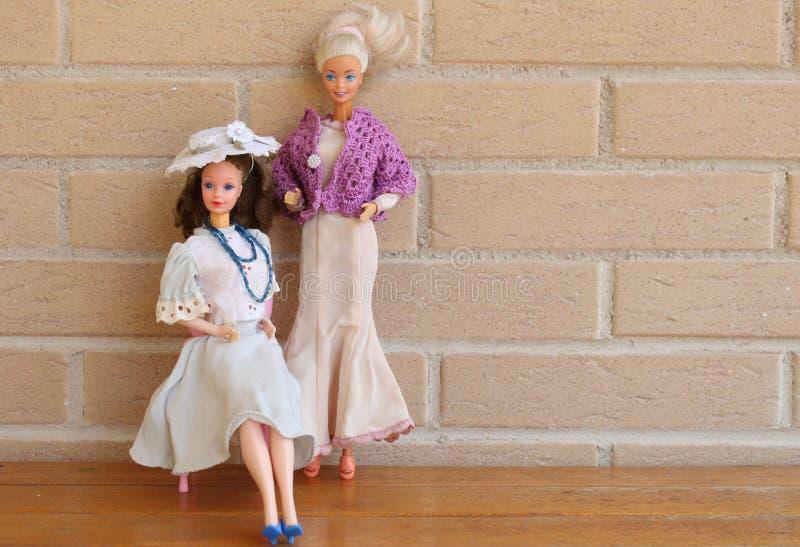 Equipos viejos 80s y 90s de la pizca de dos muñecas de Barbie foto de archivo