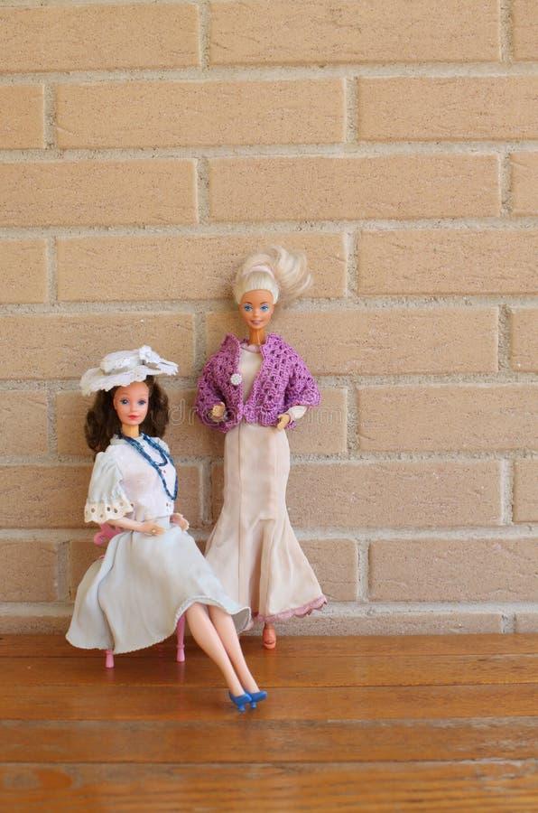 Equipos viejos 80s y 90s de la pizca de dos muñecas de Barbie fotografía de archivo libre de regalías