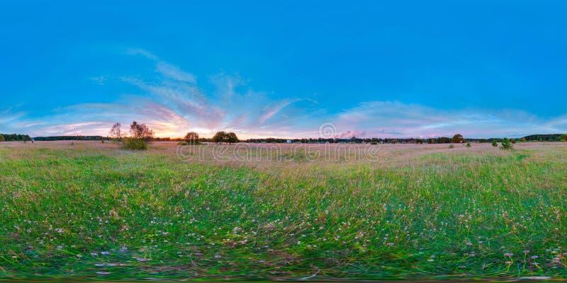 Equirectangular 360 grad sfärisk panorama för härlig soluppgång för virtuell verklighetbakgrund på den blåa himlen för fältlandsk royaltyfri fotografi