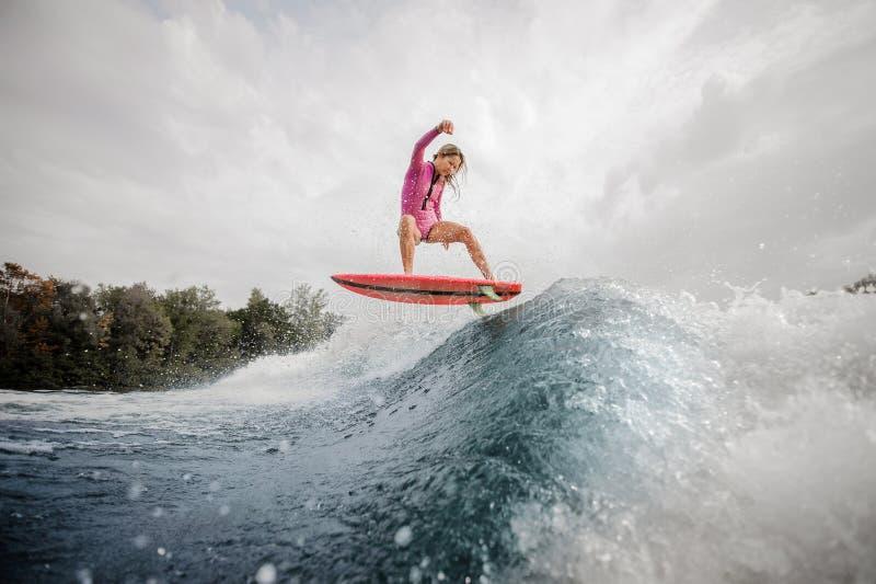Equitação ativa da menina do adolescente no wakeboard fotos de stock
