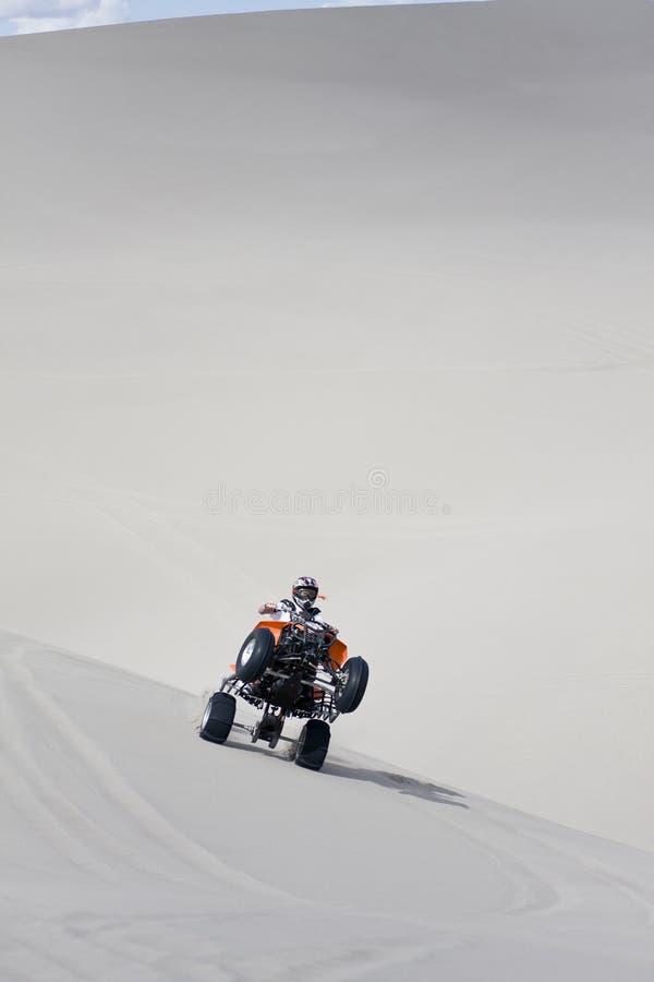 Equitação ATV em dunas de areia imagens de stock royalty free