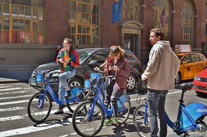Equitação da bicicleta em ruas da cidade imagens de stock