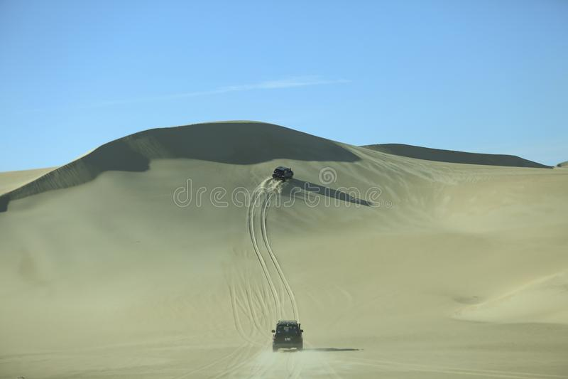 Equitação da duna no deserto de Siwa Acampar, conduz fotografia de stock