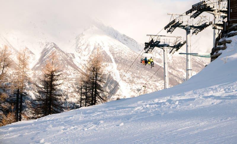 Equitação da família em Ski Lift à inclinação fotos de stock