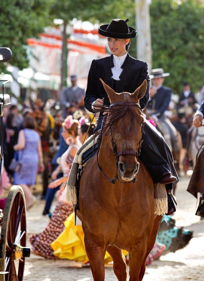 Equitação da mulher em April Fair de Sevilha fotografia de stock