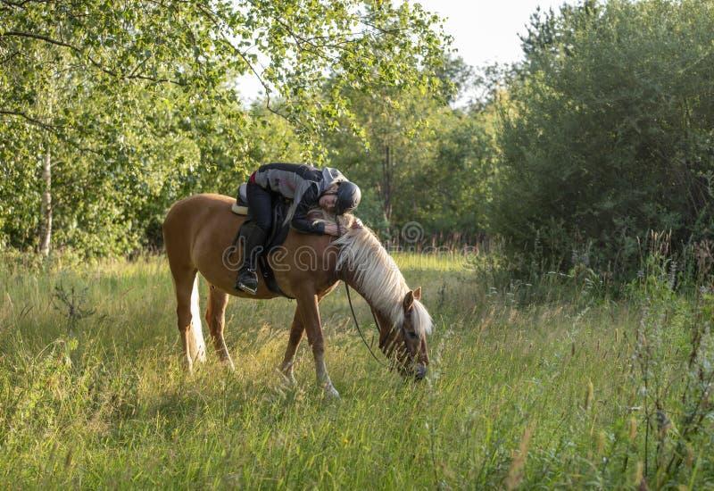 Equitação da mulher no por do sol imagens de stock
