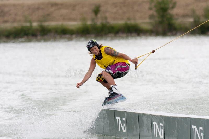 Equitação da mulher seu wakeboard imagem de stock