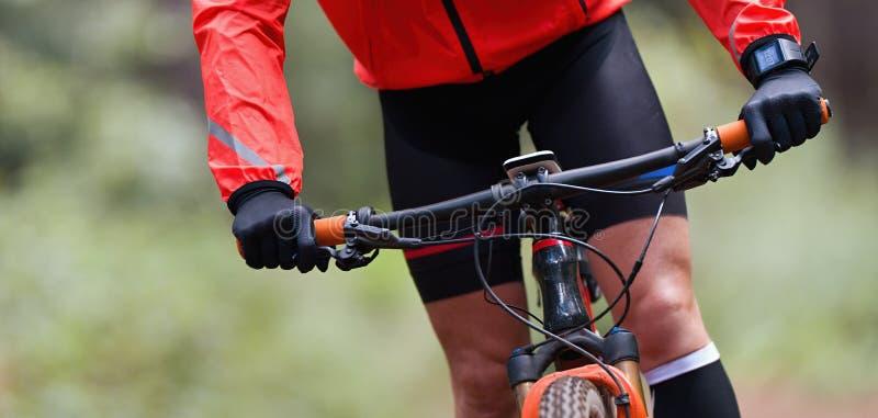Equitação do motociclista da montanha na fuga singletrack da bicicleta foto de stock