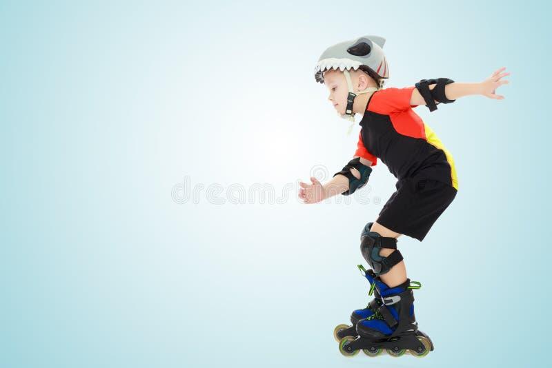 Equitação do rapaz pequeno nos rolos fotografia de stock royalty free