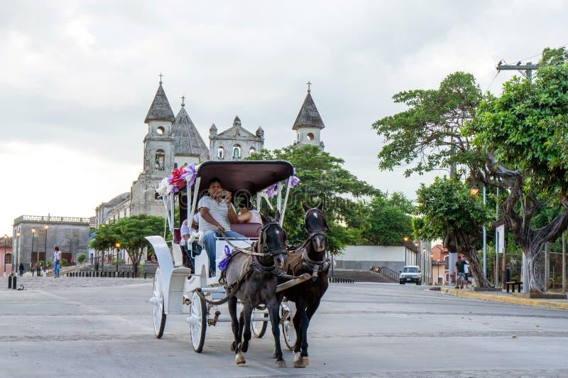 Equitação do transporte do cavalo após a igreja de Merced do La, Granada Nicarágua imagens de stock