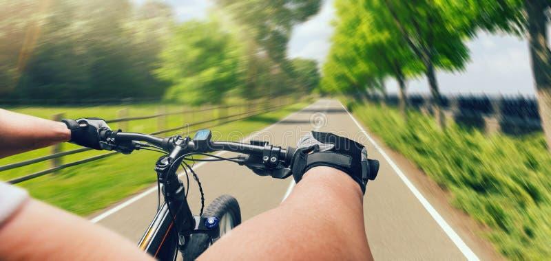 Equitação na bicicleta, velocidade rápida do homem, efeito de envelhecimento imagens de stock royalty free