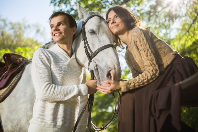 Equitação nova dos pares imagem de stock royalty free