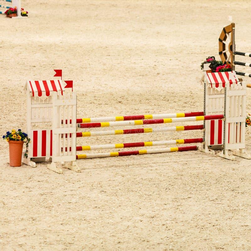 equitation Hinder för att hoppa hästar arkivbilder