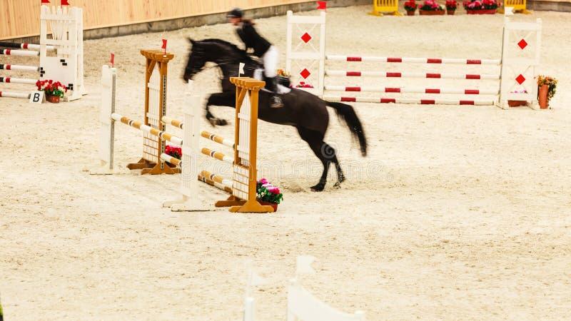 equitation mostre o salto, o cavalo e o cavaleiro sobre o salto imagem de stock