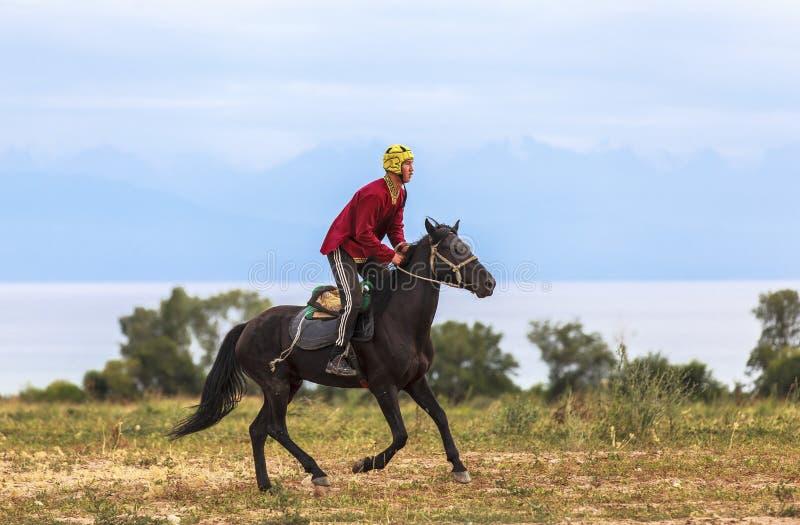 Equitazione nel Kirghizistan immagini stock libere da diritti