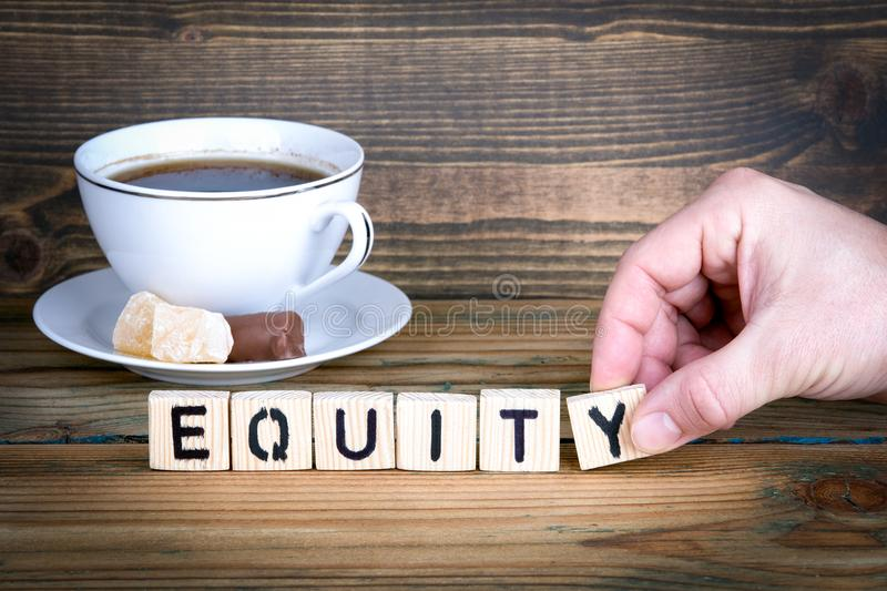 equity Lettres en bois sur le fond de bureau, instructif et de communication photo stock