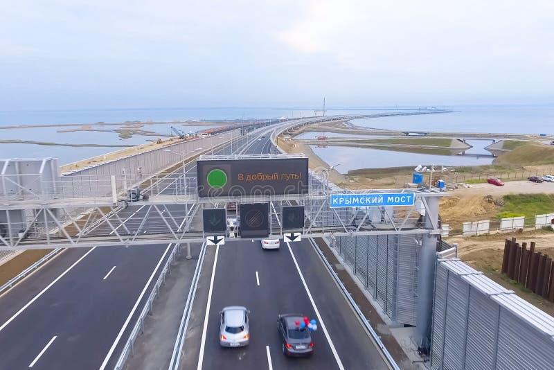 Eröffnung der Bewegung auf der Krimbrücke Die Aufschrift auf eine gute Art lizenzfreie stockfotografie