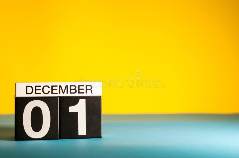 1er décembre image 1 jour du mois de décembre, calendrier sur le fond jaune Fond d'hiver avec l'espace vide pour le texte photographie stock