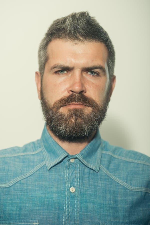 Er is een baardstijl voor de elke mens Gebaarde mens hipster mens met baard en snor Mens van manier baardmanier stock foto