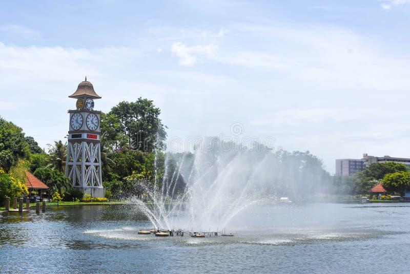 Er is een fontein in het midden van het meer stock fotografie