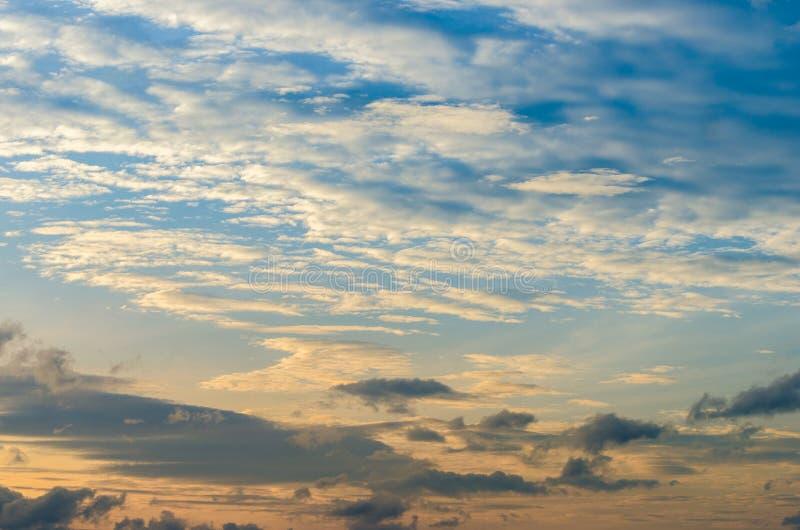Er is een gouden licht onder de horizon dramatische hemel met wolk bij zonsondergang, in de bewolkte ochtend royalty-vrije stock foto's