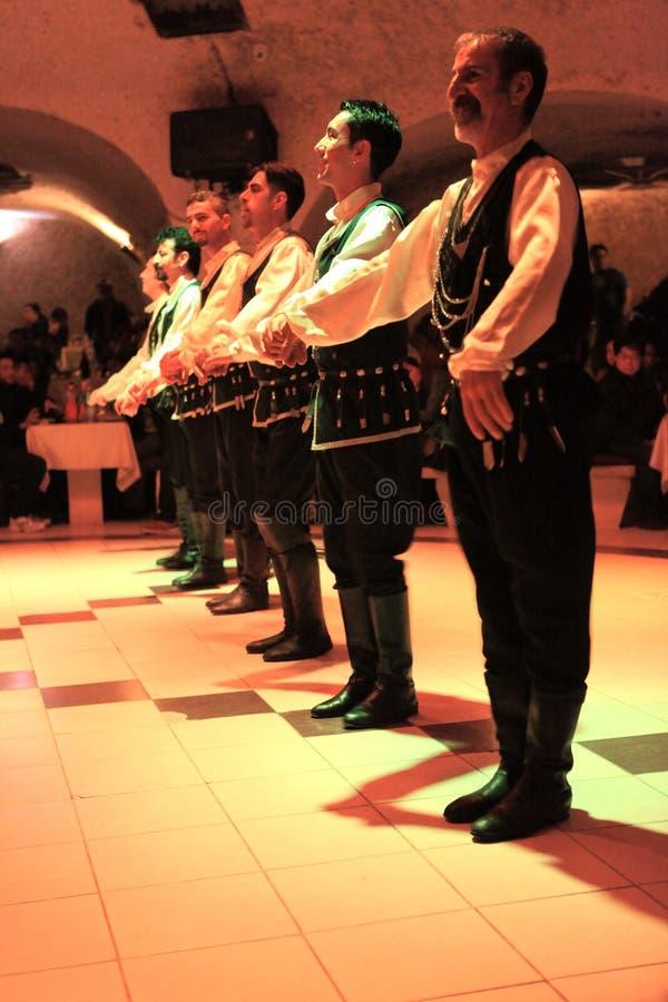 De volks dansers dansen in Turkse Nacht in Turkije dichtbij Cappadocia royalty-vrije stock afbeeldingen