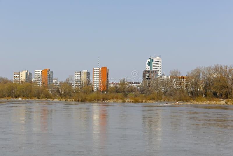 Er is een woonwijk achter de rivier stock foto