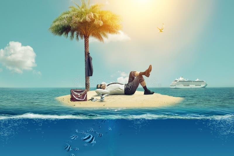 Er gab sich von der Arbeit frei und stand auf der Insel still stockbild