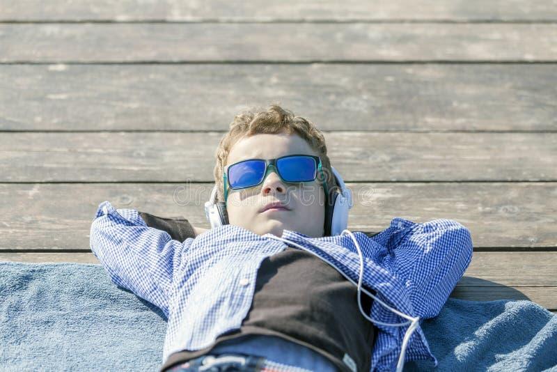 Er genießt einen sonnigen Tag lizenzfreie stockfotos
