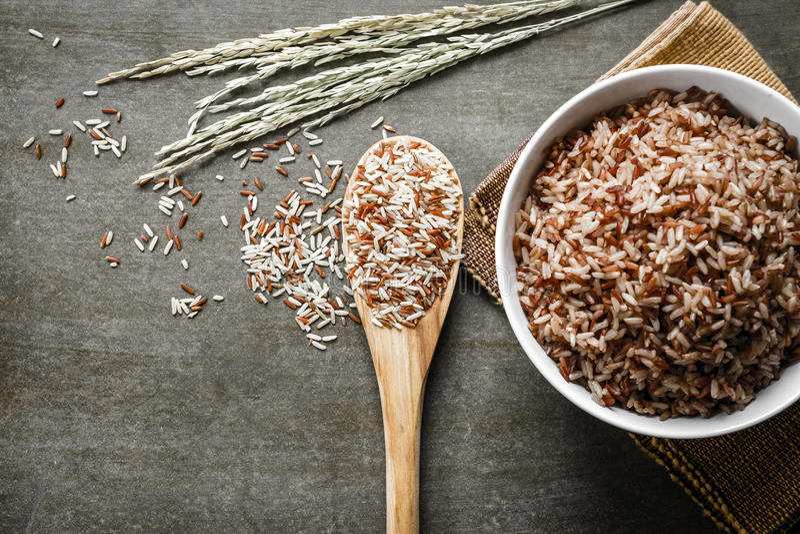 Er hat ein mildes nussartiges Aroma, ist zäher und nahrhafter als weißer Reis lizenzfreies stockbild