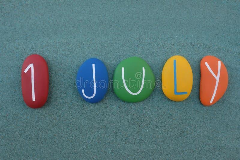 1er juillet, date civile composée avec les pierres colorées multi au-dessus du sable vert illustration libre de droits
