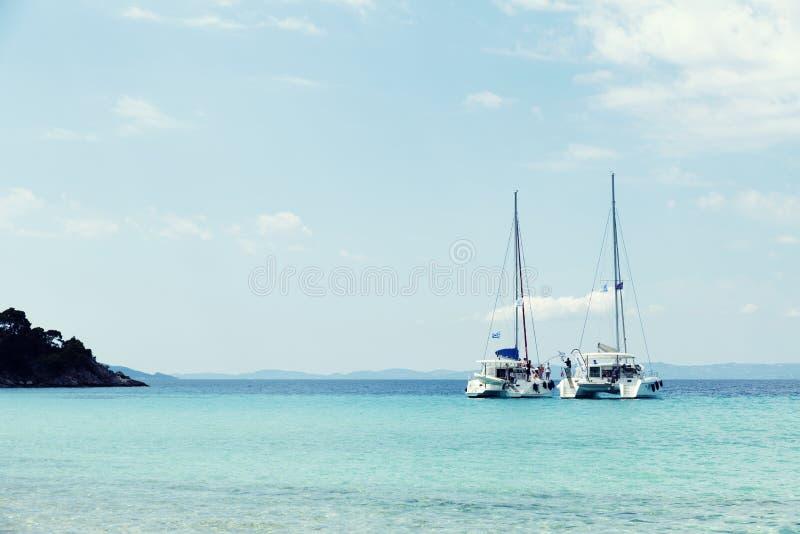 1er juin 2019 bateaux de partie dans la baie Grèce Sithonia Halkidiki de Kalogria image stock