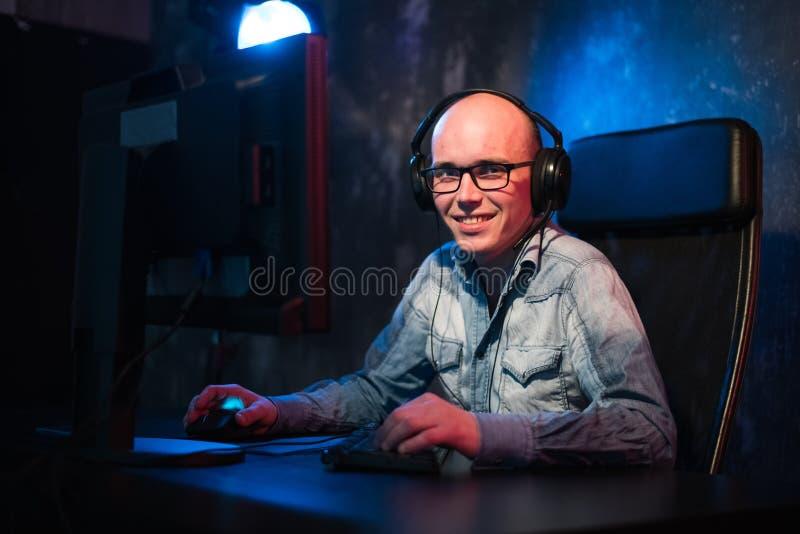Er mag Spiel und gewinnt Videospiele Im Blaulicht von Mannspiel-Computerspielen der Anzeige emotionalen online lizenzfreies stockfoto