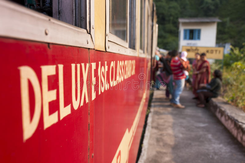 1er train de luxe de classe de Kalka vers Shimla, Inde photo libre de droits
