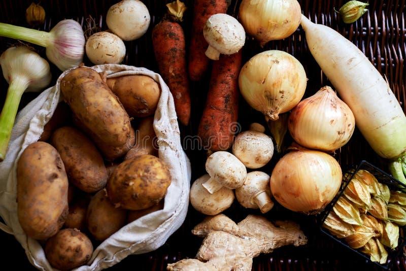 Er zijn Geassorteerde verse groenten op de lijstrotan royalty-vrije stock afbeeldingen