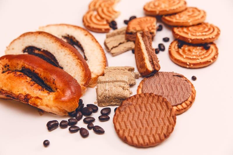 Er zijn Stukken van Broodje met papaverzaad, Koekjes, Halavah, Chocola stock fotografie