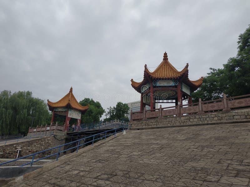 Er zijn twee paviljoenen op de bank van de rivier in het park royalty-vrije stock afbeelding