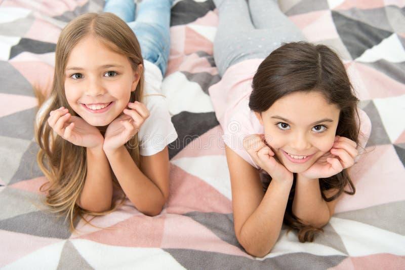 Er zijn veel redenen om gelukkig te zijn Fijne kinderen met leuke glimlach Kleine kinderen ontspannen zich op bed Geniet van een  royalty-vrije stock foto's