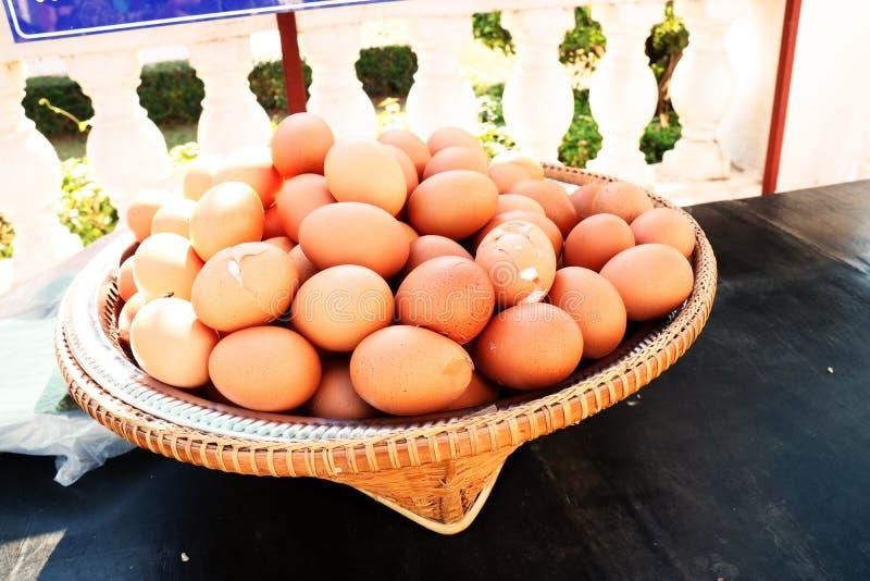 Er zijn vele eieren in de mand stock foto's