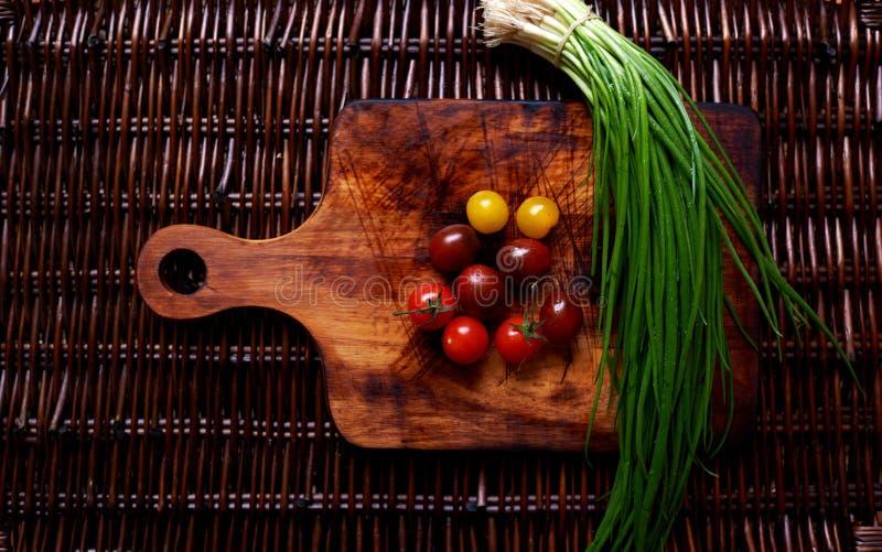 Er zijn verse groenten op de lijstrotan royalty-vrije stock foto