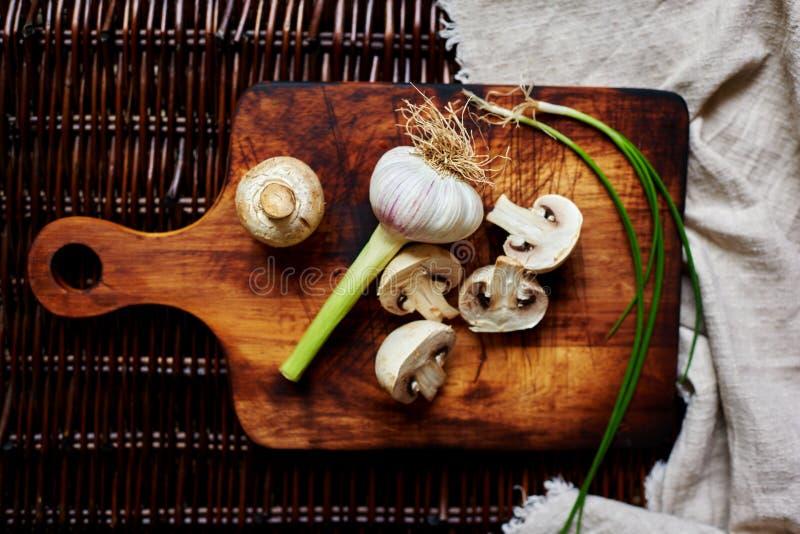Er zijn verse groenten op de lijstrotan stock foto