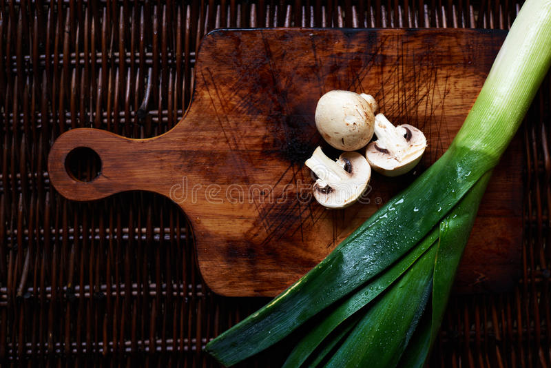 Er zijn verse groenten op de lijstrotan stock fotografie